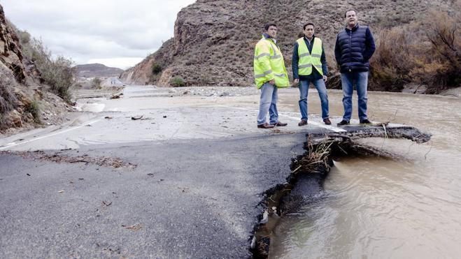 Más de 50 efectivos trabajan desde el sábado para restablecer el tráfico en las carreteras provinciales