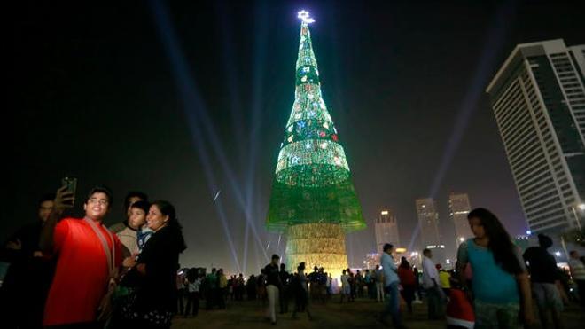 Levantan el árbol navideño artificial más alto del mundo