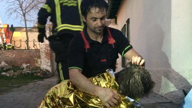 Los bomberos rescatan a una perra tras caerse a un pozo de 50 metros de profundidad