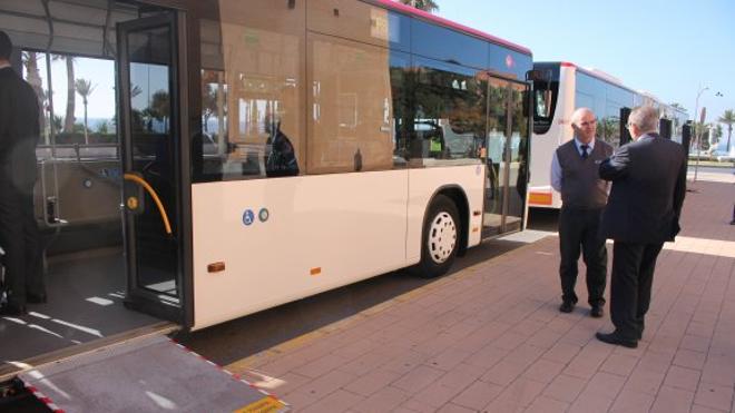 El Consistorio renueva su flota de autobuses con dos articulados para Retamar y la UAL