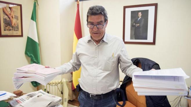 El juez Calatayud apuesta por que la Junta prohíba los móviles en clase