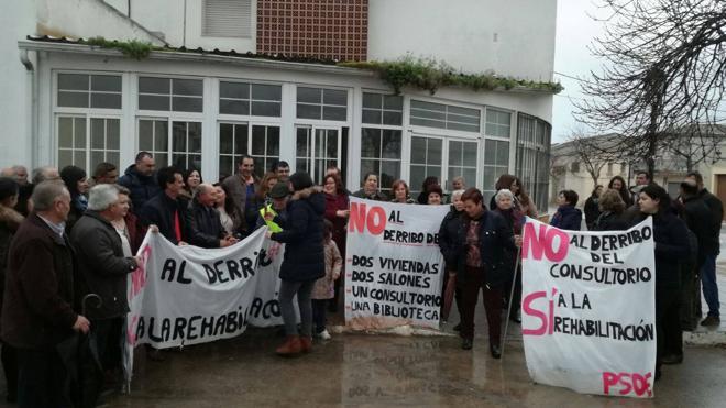 Un centenar de personas se concentra en Torreblascopedro contra el derribo del antiguo consultorio médico