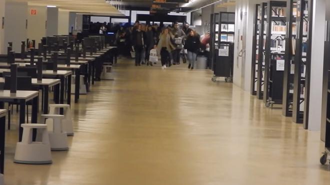No son las rebajas: son estudiantes compitiendo por el mejor sitio de la biblioteca