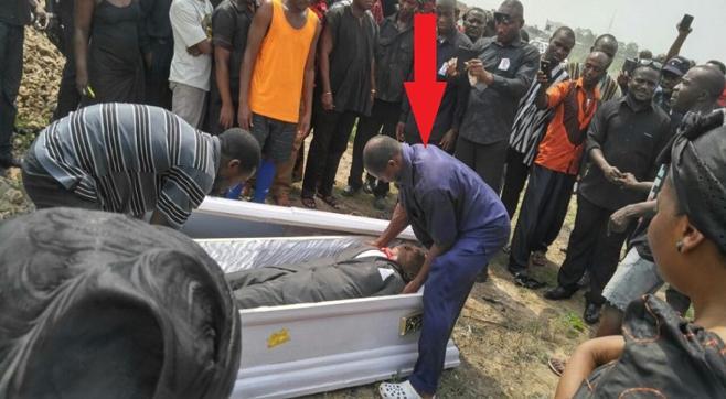 Se llevan a un muerto a hombros en pleno entierro porque su familia no había pagado el funeral
