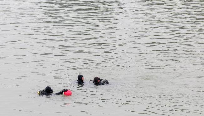Los bomberos recuperan un cadáver del río Guadalquivir