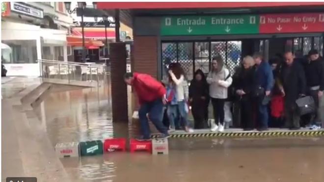 """""""A lo Humor Amarrillo. Así salen de la estación de cercanías de Torremolinos cuando llueve"""""""