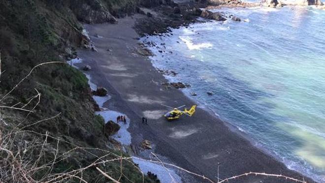 Fallece un hombre tras despeñarse con su coche en una playa asturiana
