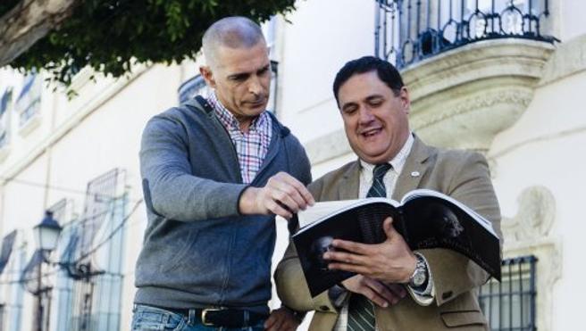 Julio Alfredo Egea, tras el objetivo del fotógrafo Rodrigo Valero en un libro del IEA