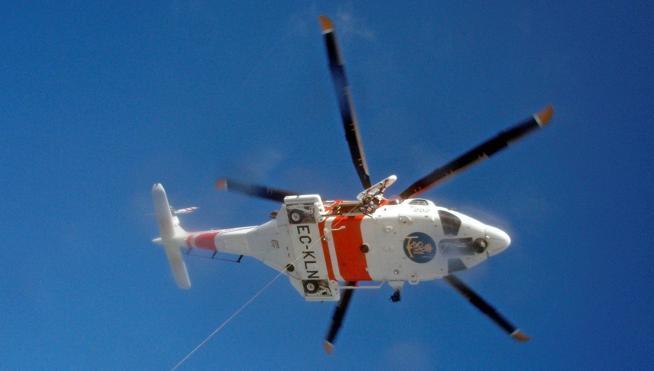 Rescatadas cinco personas de un catamarán que se hundía a 8 millas de la Garrucha