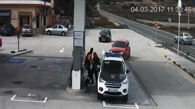 Un coche fuera de control casi mata a un guardia civil mientras echaba gasolina