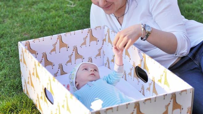 Cajas de cartón en lugar de cunas para evitar muertes súbitas de bebés