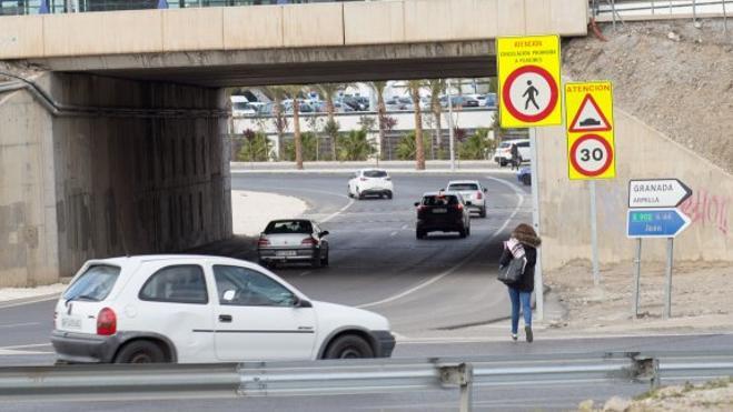 Cientos de personas cruzan cinco carriles todos los días para ir del PTS al Nevada