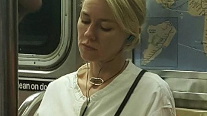 Naomi Watts responde a la tuitera que la 'cazó' en el metro