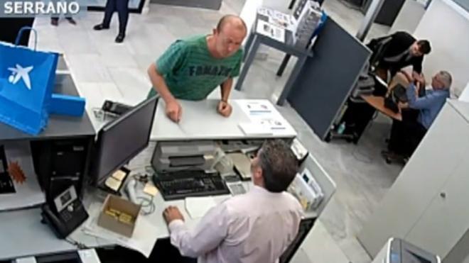 El atraco más surrealista: a cara descubierta en el banco donde es cliente