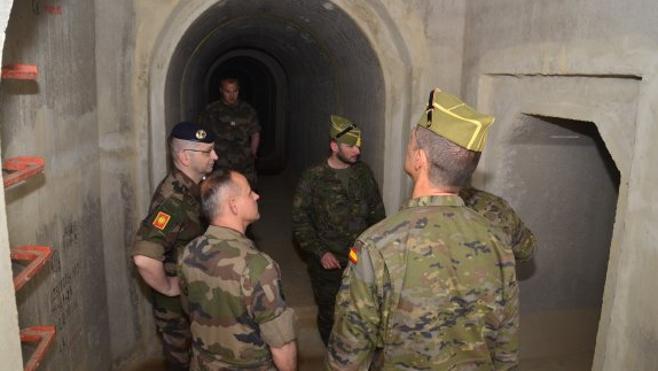 Oficiales del Ejército francés visitan la Brigada de La Legión