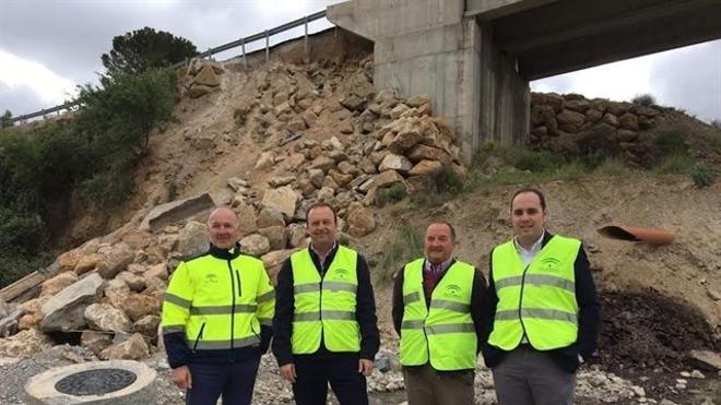 Obras de emergencia para reparar el puente de la A-1100, en Albanchez, dañado por las lluvias