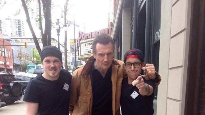 """Un restaurante anuncia en un cartel """"Liam Neeson come aquí gratis"""" y lo que ocurre después es sorprendente"""