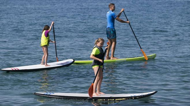 Pádel surf, piragüismo y barco dragón boat para jóvenes en Almería