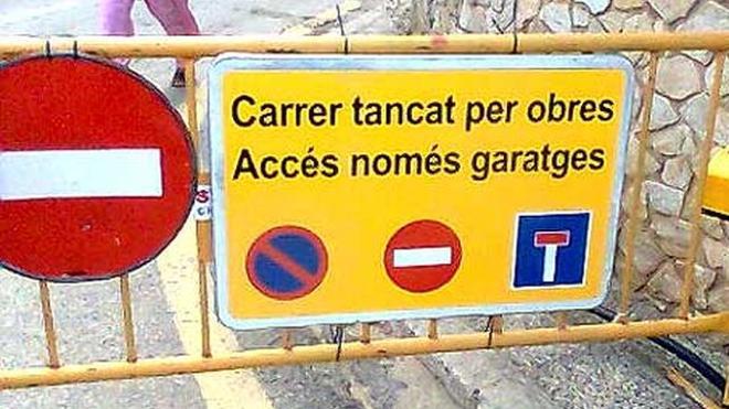 Un pueblo catalán traduce todas sus señales al castellano para evitar la pérdida en multas