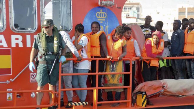 Desembarcan en Motril 92 personas de las cuatro pateras rescatadas en Mar de Alborán