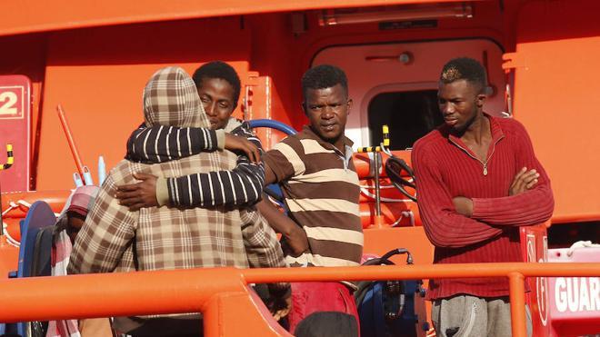 Llegan a puerto Almería las 36 personas rescatadas a 7 millas isla Alborán