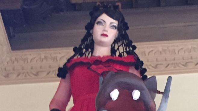 La Tarasca desfila con un estilismo lorquiano de vestido de tul rojo y peina negra