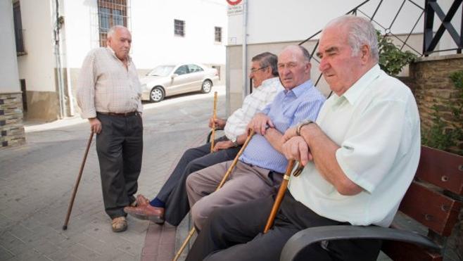 La población en los municipios de Granada envejece de forma irremediable
