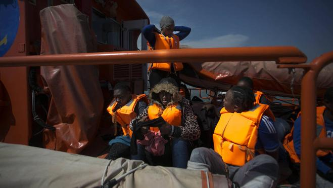 Salvamento Marítimo rescata tres pateras con 130 personas en aguas próximas a la isla de Alborán
